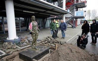 Standbeeld Coen Moulijn verplaatst