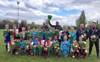 Feyenoord 1 feliciteert Feyenoord O10 met het behaalde kampioenschap