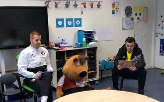 Feyenoorders terug in de klas tijdens Nationale Voorleesdagen