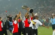 Op de foto met de UEFA Cup tijdens Europa League-rondleiding