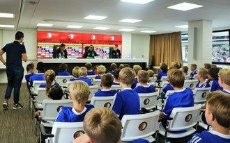 Deelnemers Feyenoord Soccer Camp maken kennis met aanwinsten