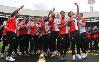 Spelers en Feyenoord-supporters vieren bekerwinst in De Kuip