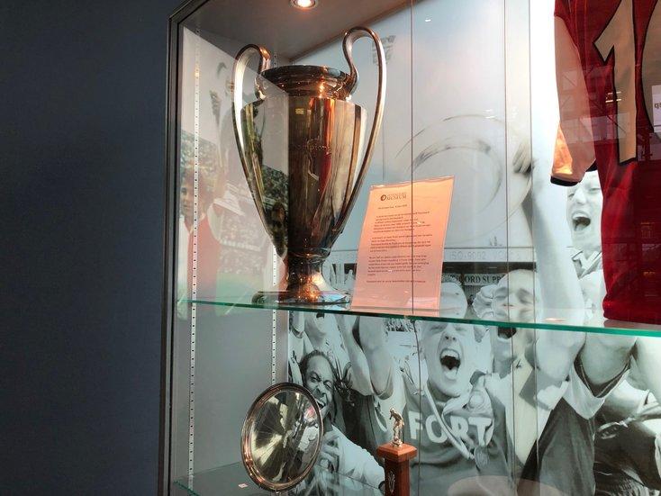 Feyenoord-prijzen tijdelijk getoond in Maasgebouw